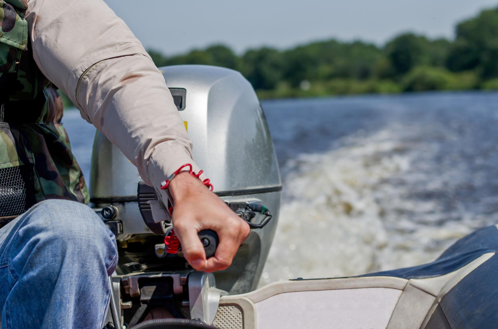 Käsi moottoriveneen moottorilla