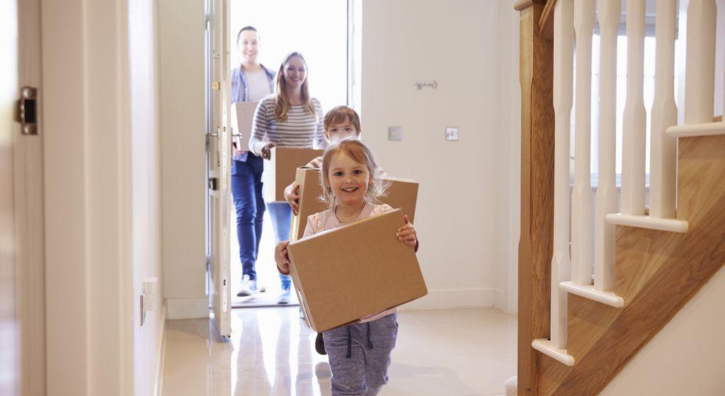 perhe kantaa sisään muuttolaatikoita