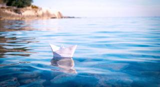 paperivene kelluu veden pinnalla