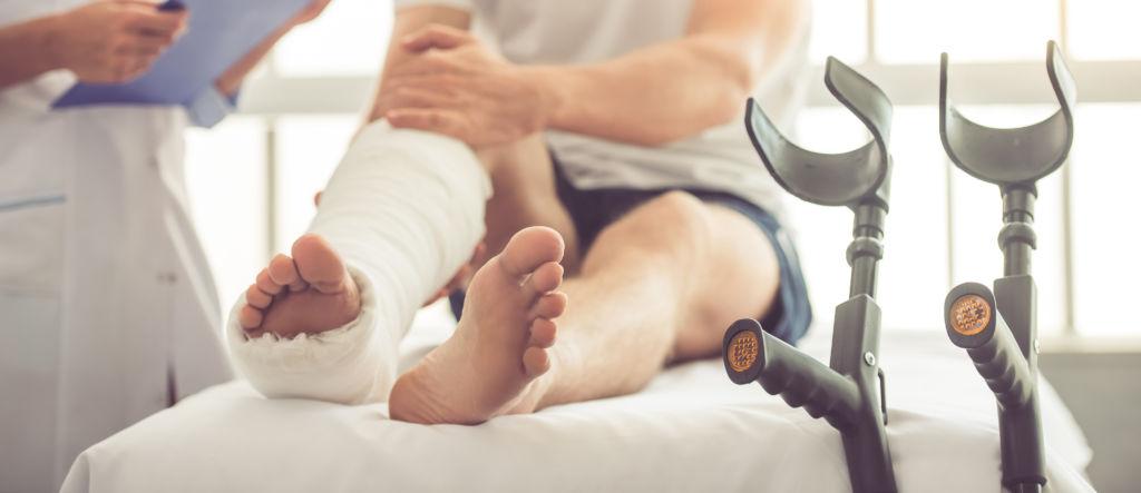 Kipsattu jalka tapaturman jälkeen