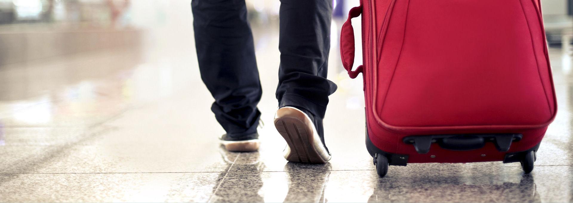 Jalat ja matkalaukku