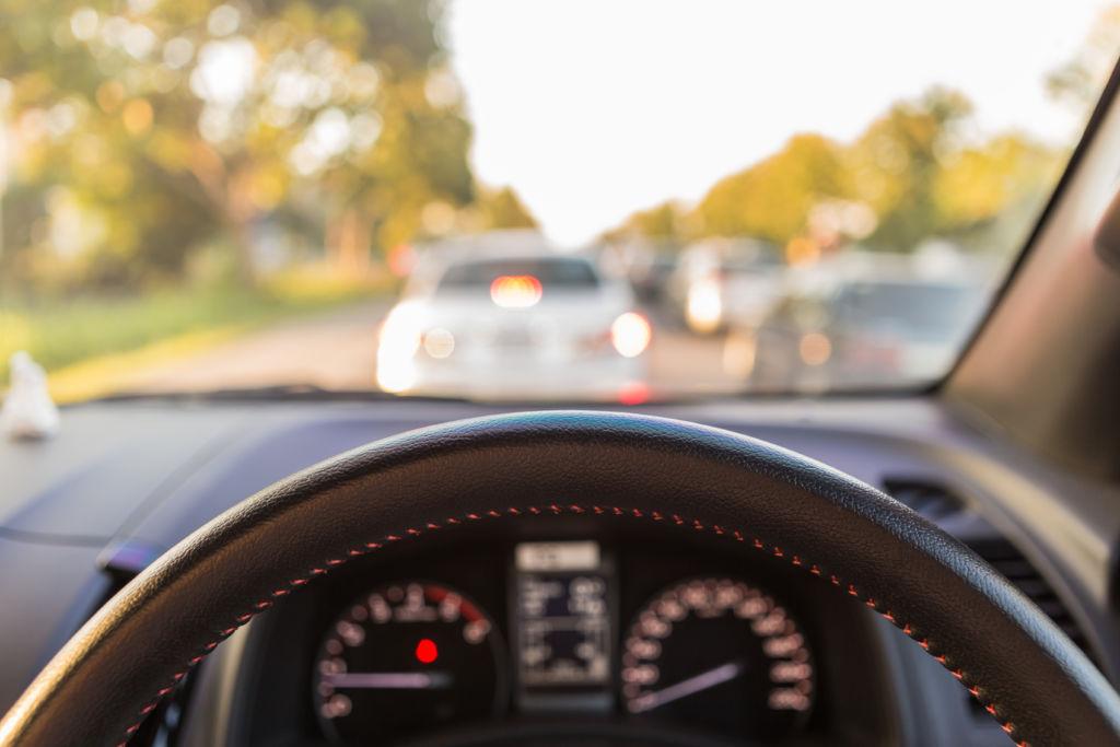Kuva liikenteestä auton sisältä kuljettajan näkymä