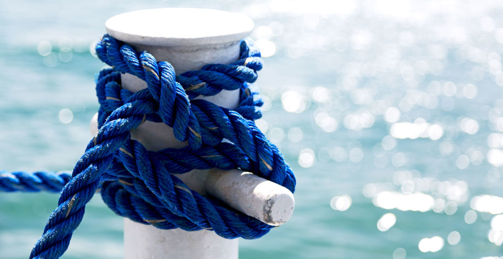 veneen köysi on sidottu kiinni laiturilla olevaan paaluun
