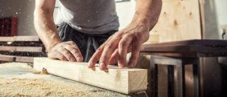 Mies työstää puuta