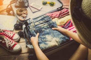 Vaatteiden pakkausta matkalle