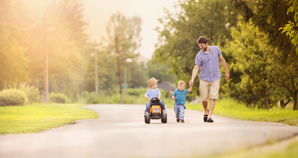 Perhe kävelyllä