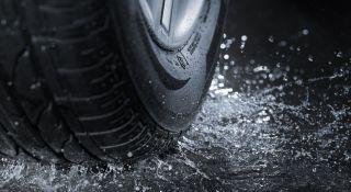 musta autonrengas vesilätäkössä