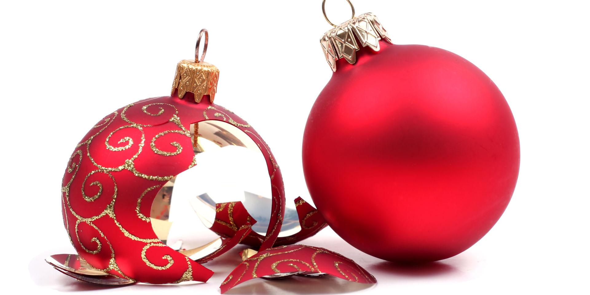 Hajonnut punainen joulupallo
