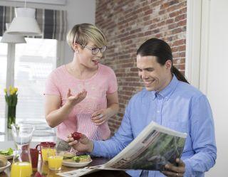 mies ja nainen keskustelevat keittiössä