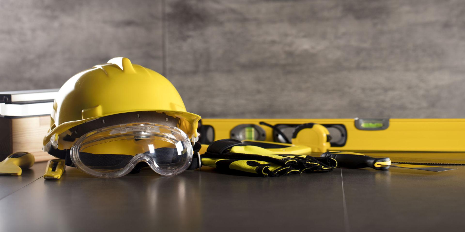 Rakentajan turvavälineitä, kypärä ja suojalasit