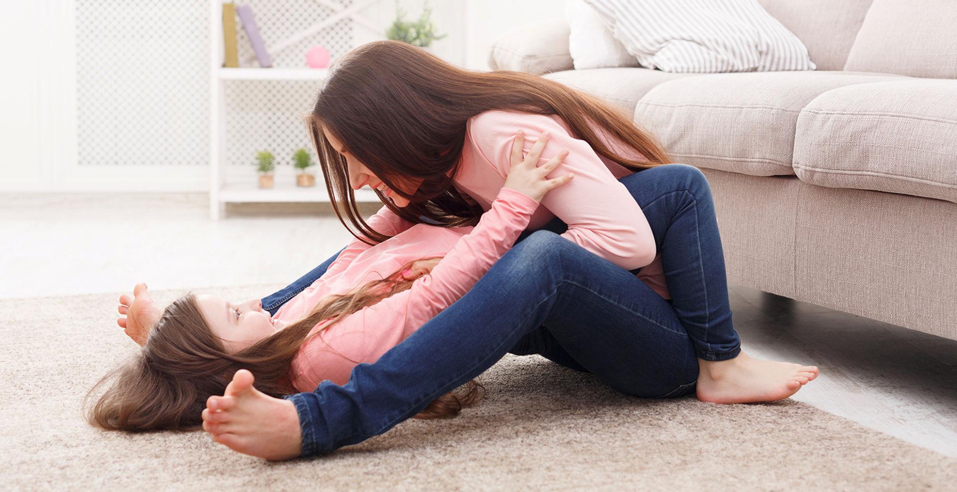 Äiti ja tytär matolla