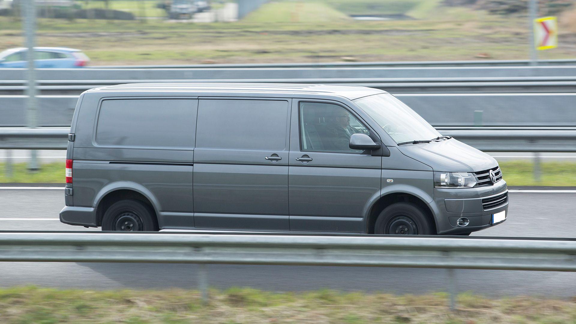 pakettiauto ajaa moottoritiellä
