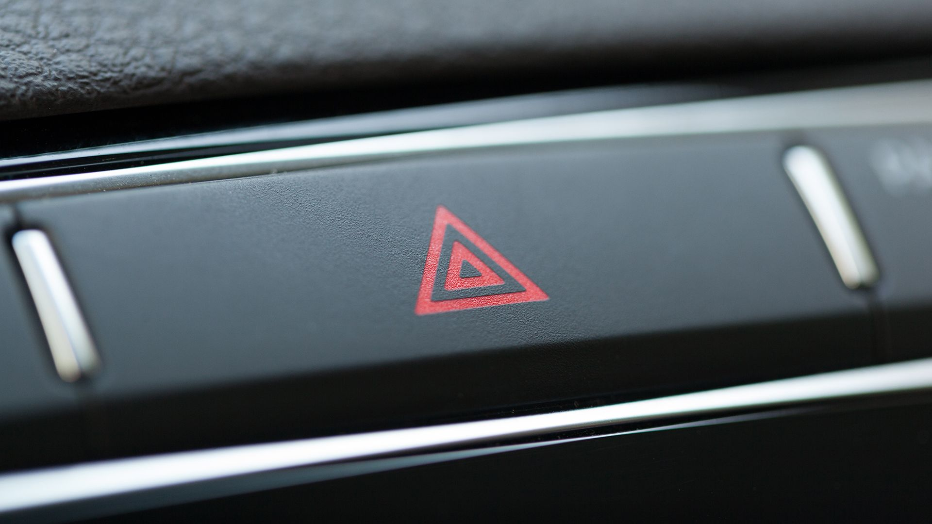 Hätävilkku-painike autossa