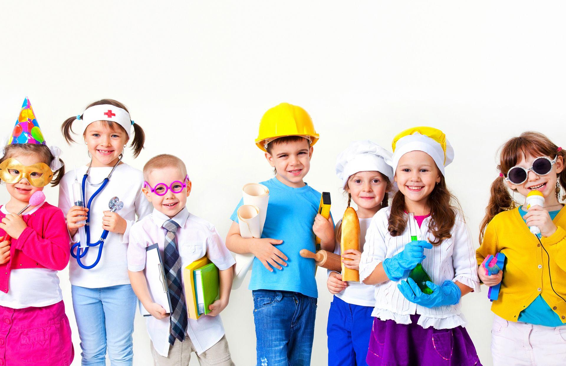 lapset eri ammattien vaatteisiin pukeutuneina