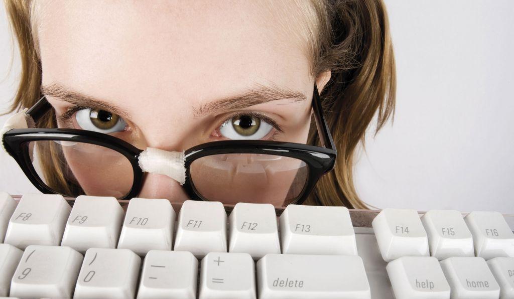 nainen katsoo silmälasien takaa