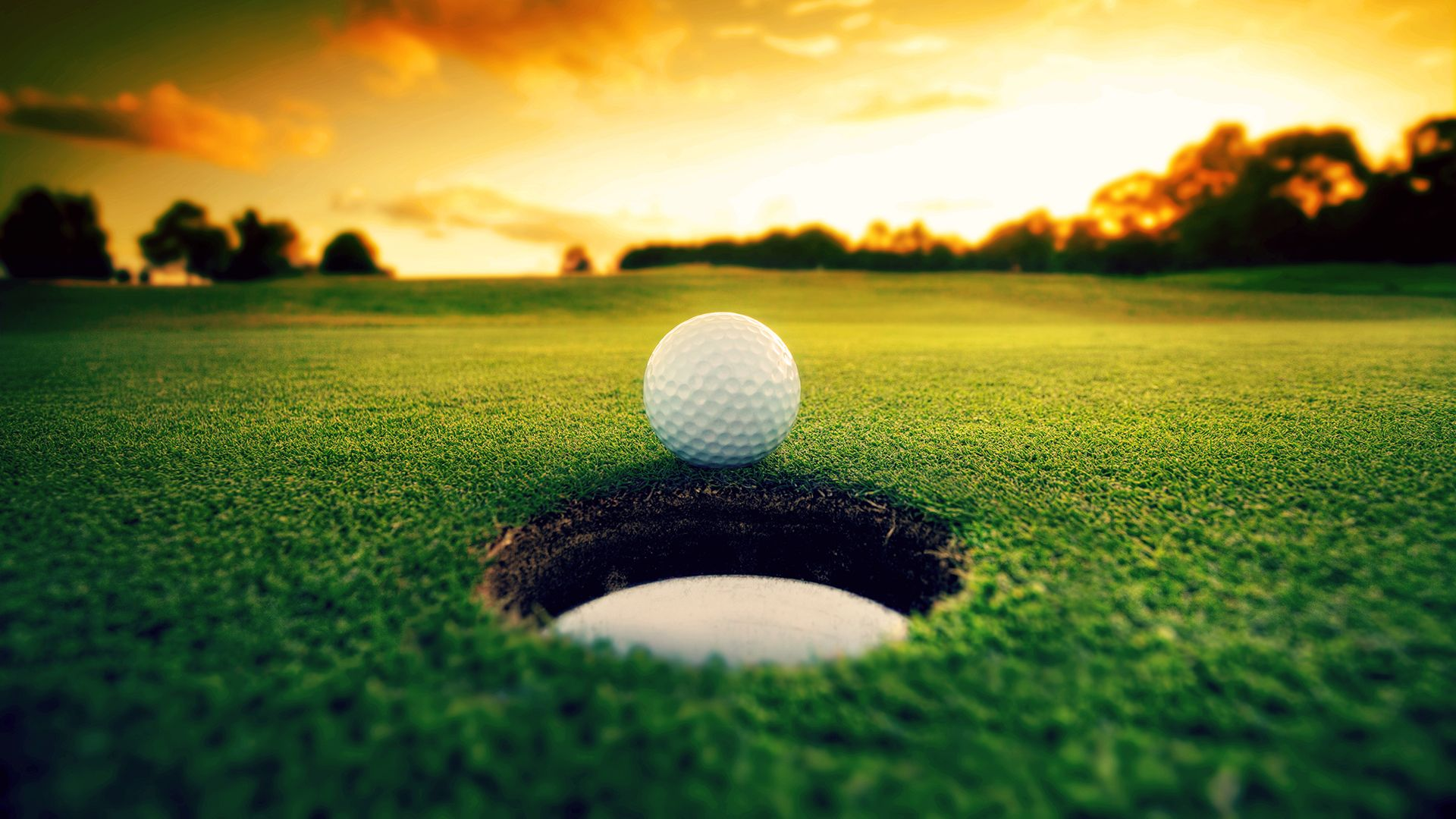 Golf-pallo viheriöllä lähellä reikää