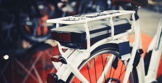 valkoisen sähköavusteisen polkupyörän tarakka