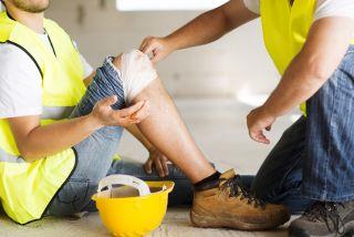 Työntekijä on satuttanut itsensä työtapaturmassa.