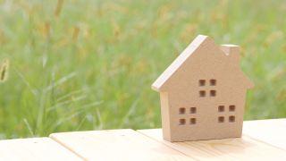 vihreä nurmi ja pieni puinen talo terassilla