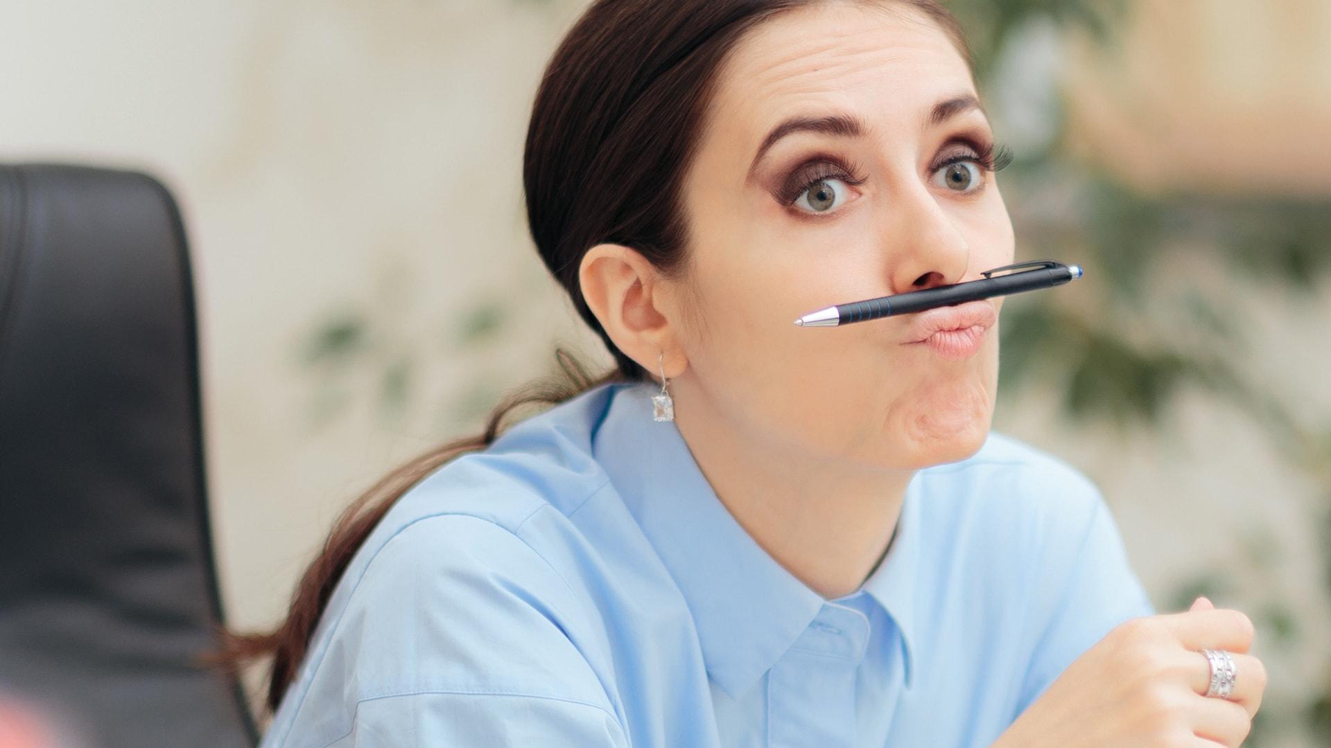Pohjantähti tummahiuksinen nainen kynä suussa