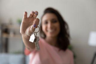 Nainen ja kotiavaimet ensimmäinen oma koti